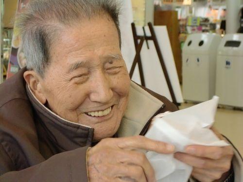 写真:カメラに向かって満面の笑み