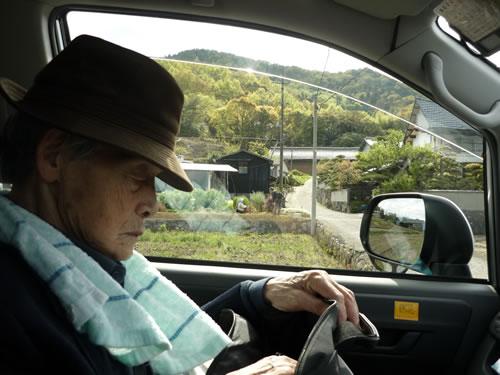 写真:タクシーでゆったりとくつろぐお客様
