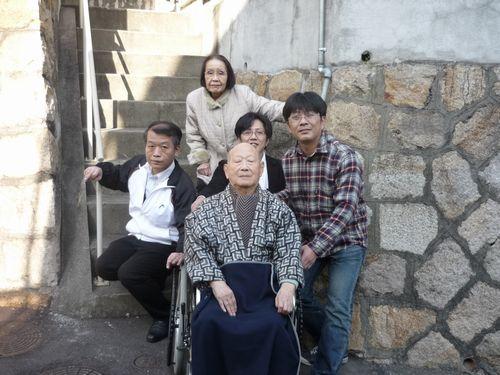 写真:ご自宅前でエスコートヘルパーや家族の皆さんと記念撮影