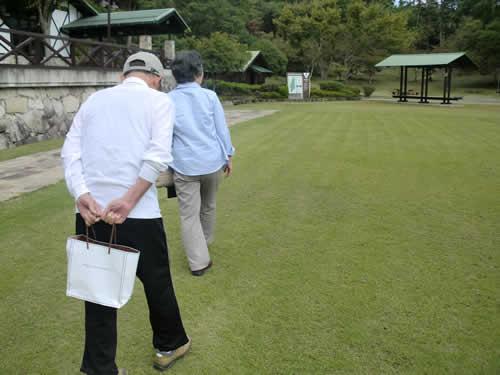 写真:夫妻でゆっくりと散歩中
