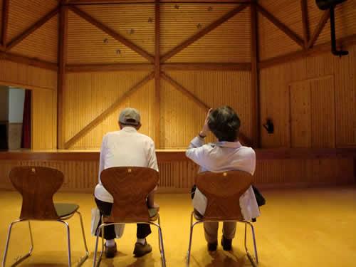 写真:二人だけの音楽鑑賞。ホールがいつもより広く感じられる