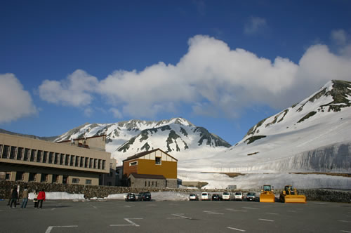 写真:宿近くの駐車場からまだ雪が残る北アルプスを眺める