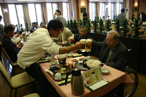 写真:団体旅行の楽しみはビールの乾杯