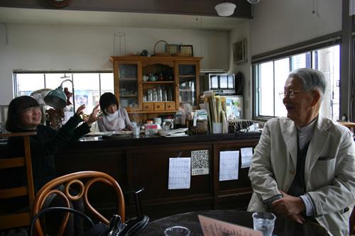 写真:喫茶店で地元の方々と会話が盛り上がる