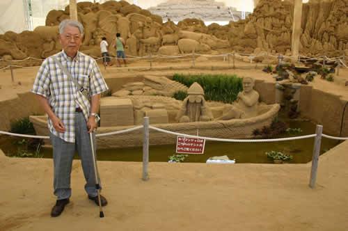 写真:砂の美術館を背景に記念撮影