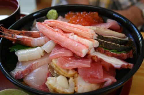 写真:大盛りの海鮮丼