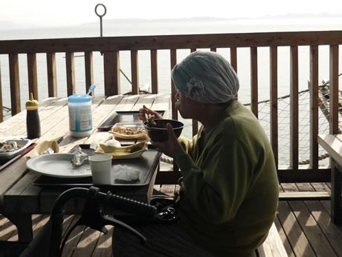 写真:海辺近くのレストランで昼食