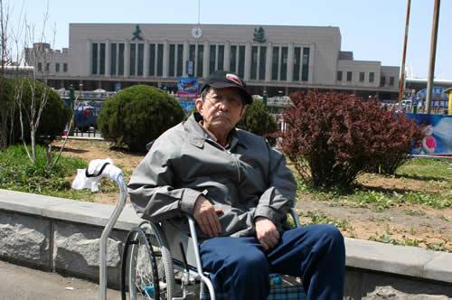 写真:大連駅前で記念撮影