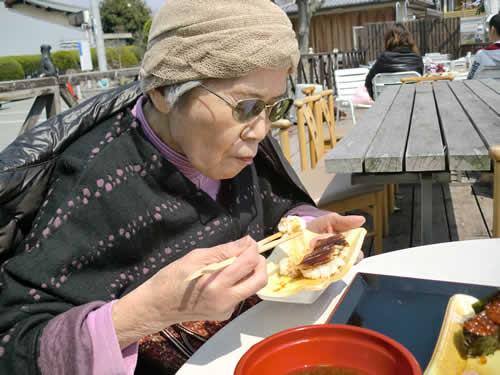 写真:新鮮なお寿司を食べる