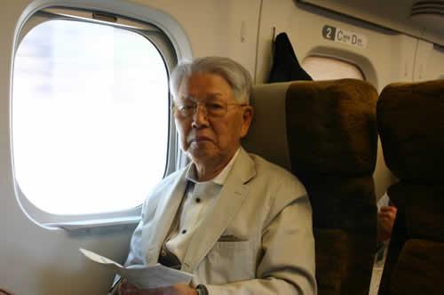 写真:九州新幹線で読書中のFさん