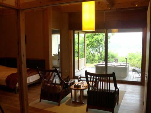 写真:宿泊先の1室。庭がきれい。