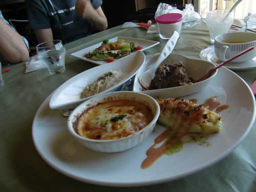 写真:洋食レストランで昼食