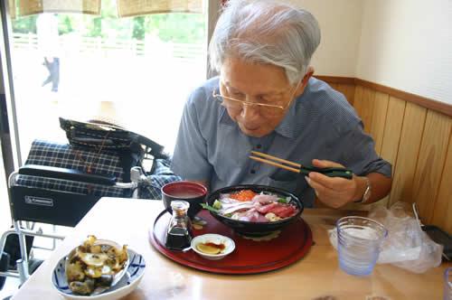 写真:豪華な海鮮丼をいただく