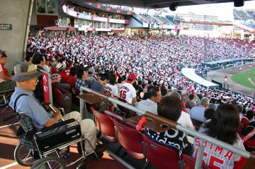 写真:マツダスタジアムの車椅子席で観戦