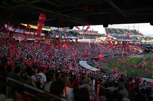 写真:スタジアムは大盛り上がり