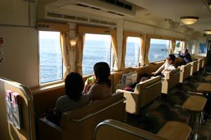 写真:青海島観光汽船の船内風景。日光がきれいに入る。