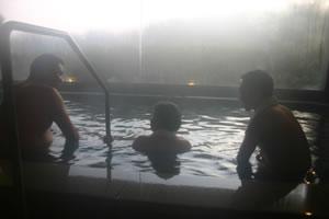 写真:人吉温泉につかる