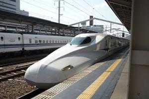 写真:ホームにまさに今入ってきた新幹線